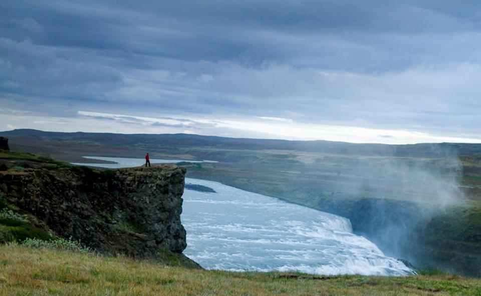 penhasco islândia viajar sozinho