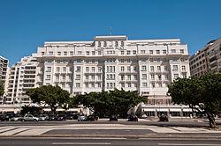 ir até o outro lado da rua e admirar o copacabana palace