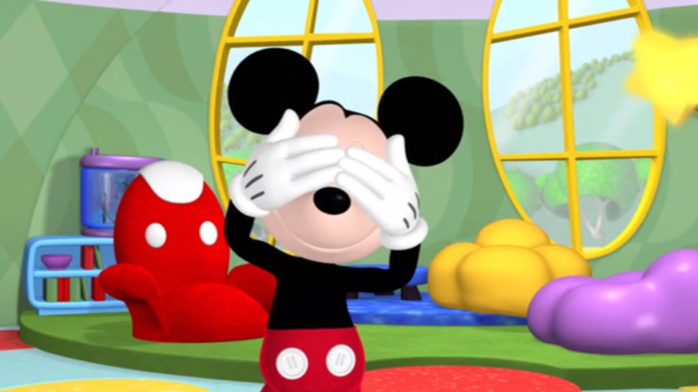 Há várias representações do Mickey Mouse escondidas nos filmes e nos parques da Disney também. São dos Hidden Mickeys.