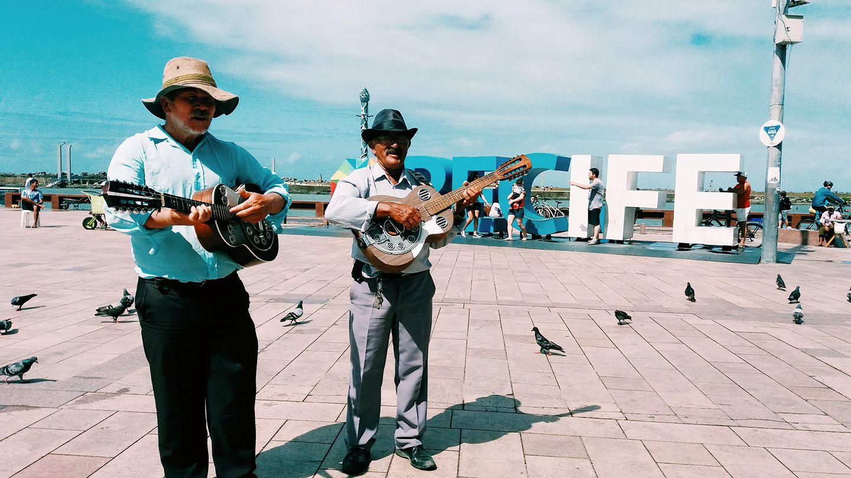 dupla de repentistas no marco zero de Recife