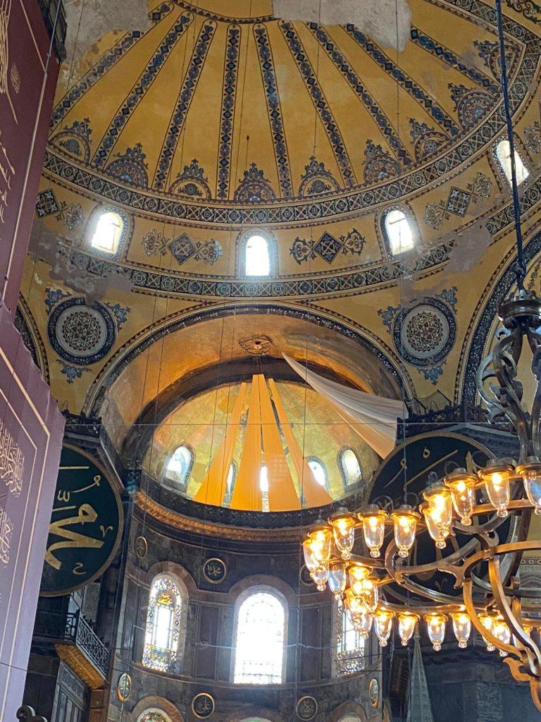 teto da santa sofia com as imagens cristãs cobertas por panos.